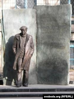 Помнік Уладзімеру Караткевічу ў Кіеве, адкрыты 20 кастрычніка 2011 г. Скульптары Канстанцін Селіханаў і Алег Варвашэня.