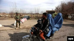 Ауғанстандағы әскери қызметкер мен бейбіт тұрғындар (Көрнекі сурет).