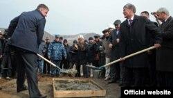 Закладка фундамента Верхненарынского каскада ГЭС. Евгений Дод и президент Алмазбек Атамбаев. 27 октября 2012 года.