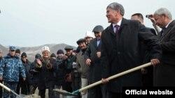 Церемония закладки первого камня в строительство ГЭС в Нарыне с участием президента Алмазбека Атамбаева, 27 октября 2012 года.