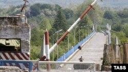 Կամուրջը Վրաստանի եւ Աբխազիայի սահմանով անցնող Ինգուրի գետի վրա