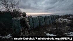 Український військовий на териконі поблизу Новотроїцького, Донецька область, 8 грудня