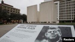 У мемориального комплекса Кеннеди в Далласе.