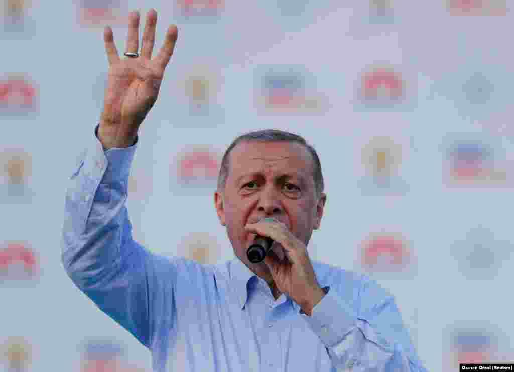 Ердоған Стамбулда халық алдында сөз сөйлеп тұр. 17 маусым 2018 жыл.