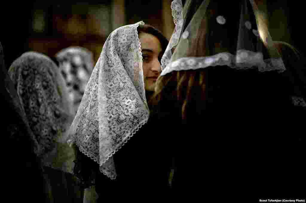 Gənc erməni qızı Surb Gevorq erməni kilsəsini ziyarət edir. San-Paulu, Braziliya.