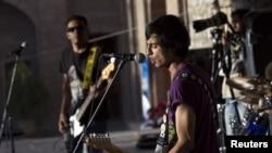 د افغانستان یو راک بینډ په کابل کې د خپل فن ښودنه کوي. په غربي نړۍ کې اوسېدونکو افغانانو له هغو هیوادونو خپلو سیمو ته د هغه ځای موسیقي هم راوړې ده.