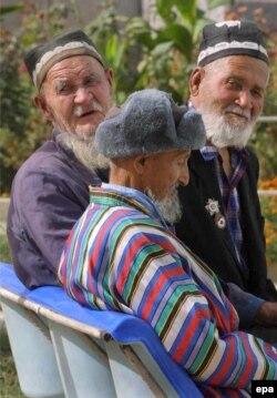 Әңгімелесіп отырған ақсақалдар. Өзбекстан, Термез қаласы, 13 қазан 2001 жыл. (Көрнекі сурет)