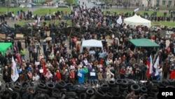 Ռուսամետ ցուցարարները Ուկրաինայի արևելյան Դոնեցկ քաղաքում գրավված վարչական շենքի դիմաց, 10-ը ապրիլի, 2014թ․