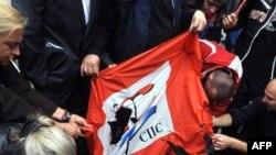 Тарафдорони Караҷич парчами Ҳизби сотсиалисти Сербияро ба оташ мекашанд. Белград, 29 июли соли 2008.