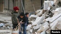 Алеппонун козголоңчулар колундагы ал-Шаар районунда жүргөн балдар. 17-ноябрь, 2016-жыл.