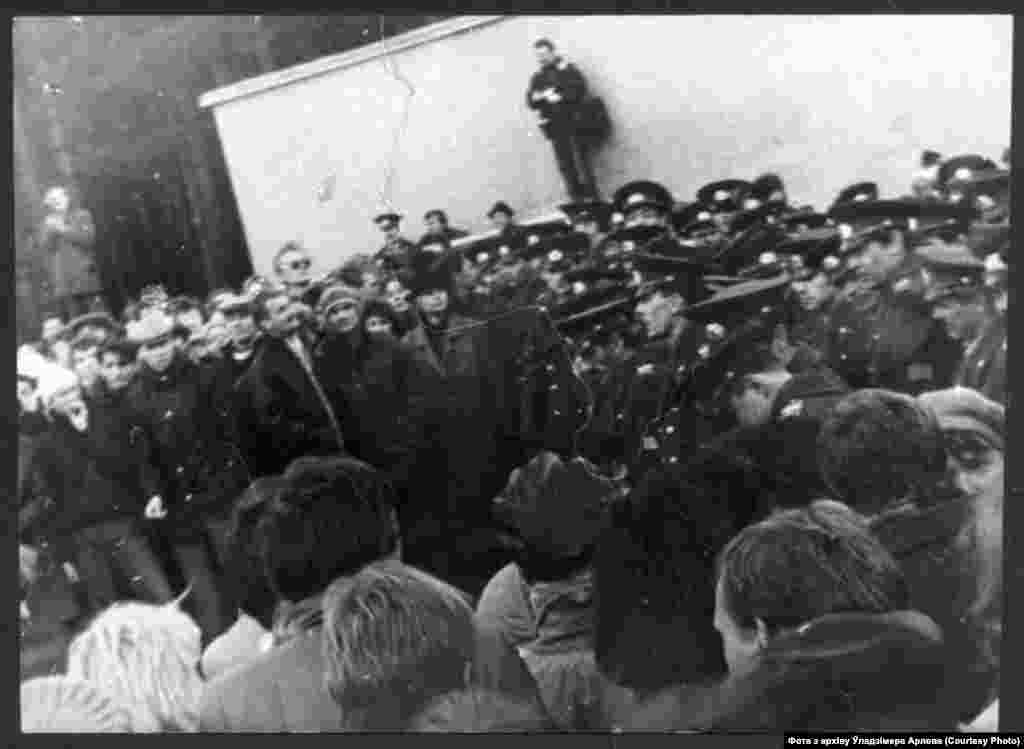 Удзельнікаў дэманстрацыі на Дзяды-88 міліцыя не пускае на Ўсходнія могілкі Менска.