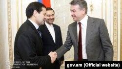 Türkmenistanyň Ermenistandaky iliçisi Muhammetniýaz Maşalow (çepde), Eýranyň Ermenistandaky ilçisi Saýed Kazem (arkada) we Ermenistanyň premýer-ministri Karen Karapetýan.