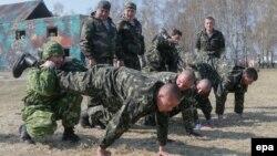 Служащие создаваемой в Украине Национальной гвардии на учениях под Киевом. 31 марта 2014 года.
