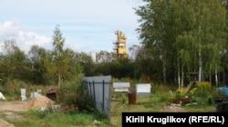 Завод построен вплотную к заборам жилых домов