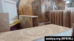 Сундук, столы и наборы разделочных досок с национальным орнаментом. Продукцию предприятия Кужакова отправляют в разные уголки Казахстана.