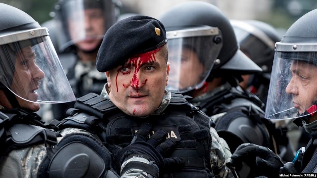 Раненый полицейский во время схваток в Сараево с ветеранами войны 1992-1995 годов в Боснии;  5 сентября.