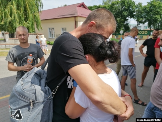 Аляксандар абдымае жонку перад судовым паседжаньнем 3 жніўня, архіўнае фота