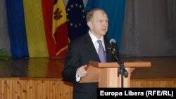 Ambasadorul american William Moser adresîndu-se studenților la Chișinau
