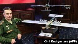 Представитель Минобороны России на фоне дрона, предположительно использовавшегося для атаки на российские базы в Сирии. Москва, 11 января 2018 года.