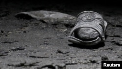 Після підпалу мечеті знаходять приватні речі, зокрема, взуття, тих, хто був на службі, 13 березня 2012 року