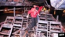 Автобус, сгоревший после столкновения с нефтевозом, Карачи,11 января 2015 год