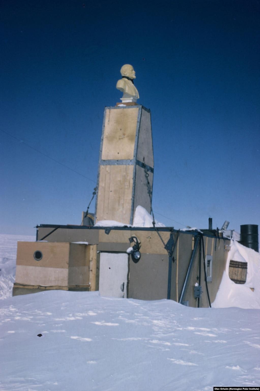 Світлини самотнього Леніна наступного разу зробили в 1960-і роки. Тимчасова станція вже наполовину похована під снігом, але Ленін все ще височіє на даху. Олав Орхейм із Норвезького полярного інституту зняв це фото під час участі у другому етапі американської експедиції під назвою «Перетинаючи Землю Королеви Мод» (1964–1967)