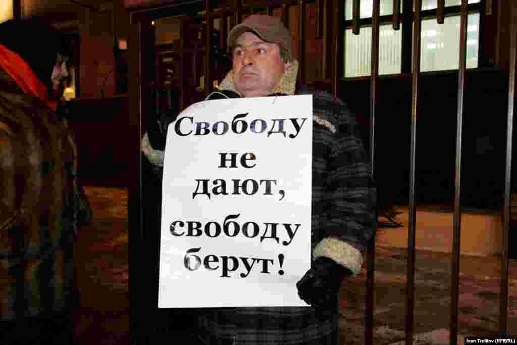 Гражданский активист Александр Рыклин в одиночном пикете у здания Государственной думы России
