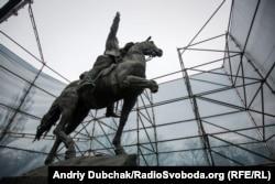 Пам'ятник більшовицькому військовому діячеві Миколі Щорсу в Києві. Невідомі відпиляли частину правої передньої ноги статуї коня