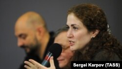 Sofia Apfelbaum (right) is reportedly suspected of helping Kirill Serebrennikov (left) obtain state funding by providing falsified documentation. (file photo)