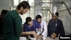 Dječaku iz šiitske manjine se ukazuje pomoć u bolnici nakon napada. Šiiti obilježavaju praznik ašuru, 12. oktobra 2016.