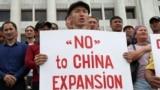 Участники акции в поддержку жанаозенцев, которые требуют прекратить реализацию в Казахстане китайских проектов. Мужчина в Алматы держит плакат с надписью: «Нет китайской экспансии». 4 сентября 2019 года.