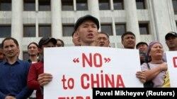 Мужчина в Алматы держит плакат с надписью: «Нет китайской экспансии». 4 сентября 2019 года.
