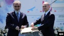 Министр энергетики Турции Танер Ильдиз и глава Росатома Сергей Кириенко закладывают первый камень в строительство АЭС в Мерсине, 14 апреля 2015 года