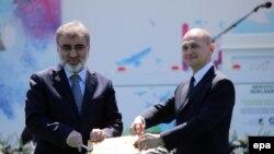 2015 елның апрелендә Төркия энергетика министры һәм Росатом башлыгы Мерсиндә Аккую атом берләшмәсен төзү турында килешкән иде.