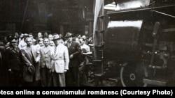1 Mai. Ceferiştii predau guvernului un tren, cadou de 1 Mai. Sunt de față, în Gara de Nord, Gheorghiu-Dej, Petru Groza, generalul Vasiliu Răşcanu ş.a.(02.05.1946) Fototeca online a comunismului românesc,cota:18/1946