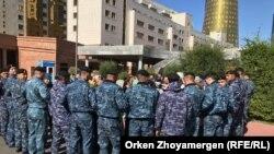 Спецназ преградил путь группе протестующих женщин. Нур-Султан, 20 сентября 2019 года.