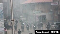 Pamje nga një protestë e opozitës në Prishtinë, e cila u shndërrua në dhunë