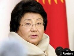 Қирғизистон президенти Роза Ўтунбаева 30 октябр кунги сайловда овоз бериб бўлганидан сўнг журналистлар олдида чиқиш қилди.