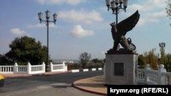 Мост на въезде в Керчь, который из-за потока транзитных машин ремонтировали уже дважды