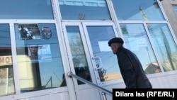 Түркістан облыстық ауруханасының жоғары қысымды оттегімен емдеу орталығына кіріп жатқан адам. Шымкент, 6 желтоқсан 2018 жыл