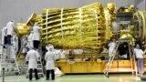 """Космический телескоп в процессе сборки со сложенным """"зонтиком"""" антенны в НПО имени Лавочкина"""