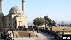 «Türk camesi» kimi tanınan məscidin qarşısında dini mərasim. 30 Yanvar 2007