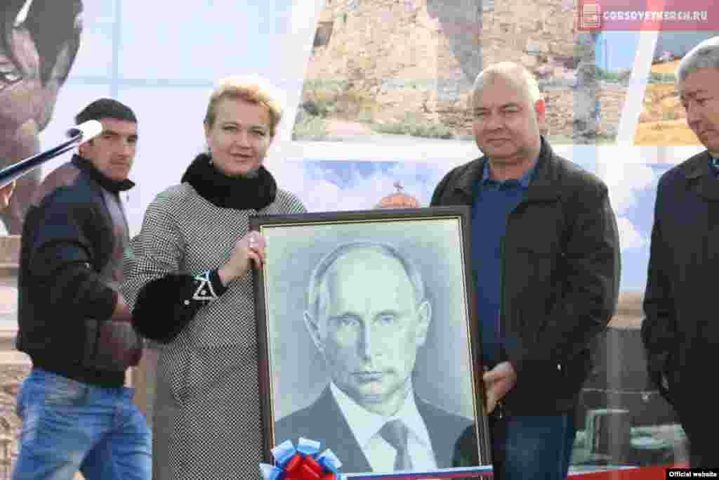 Городских властей одарилипортретом Владимира Путина