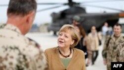 Kancelarja gjermane, Angela Merkel, pas arritjes në Afganistan. 10 maj 2013.