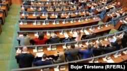 Poslanici Srpske liste tokom glasanja za novu Vladu u Skupštini Kosova, Priština