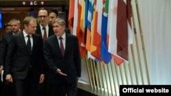 Алмазбек Атамбаев Европа кеңешинин төрагасы Доналд Туск менен. Белгия, 27-март, 2015-жыл.