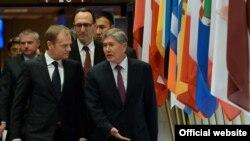 Президент Алмазбек Атамбаев менен Еврокеңештин төрагасы Дональд Туск.