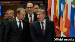 Председатель Европейского совета Дональд Туск и президент КР Алмазбек Атамбаев. 27 марта 2015 г.