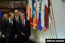 Мурдагы президент Алмазбек Атамбаев менен Еврокеңештин төрагасы Дональд Туск. 16-февраль, 2017-жыл