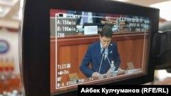 Сапар Исаков выступает в парламенте, Бишкек, 25 августа 2017 год